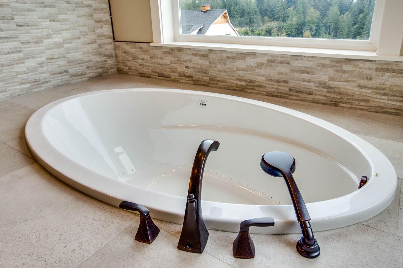 main_master_bath_tub_17447-s-outlook-rd_020_webres