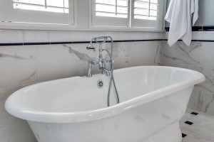 main_master-suite-bath_tub_18226-sw-huckleberry-ct_065_webres